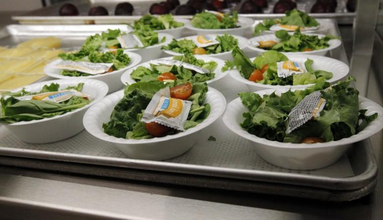 Тридцать алтайских школьников отравились салатом из прошлогодних овощей