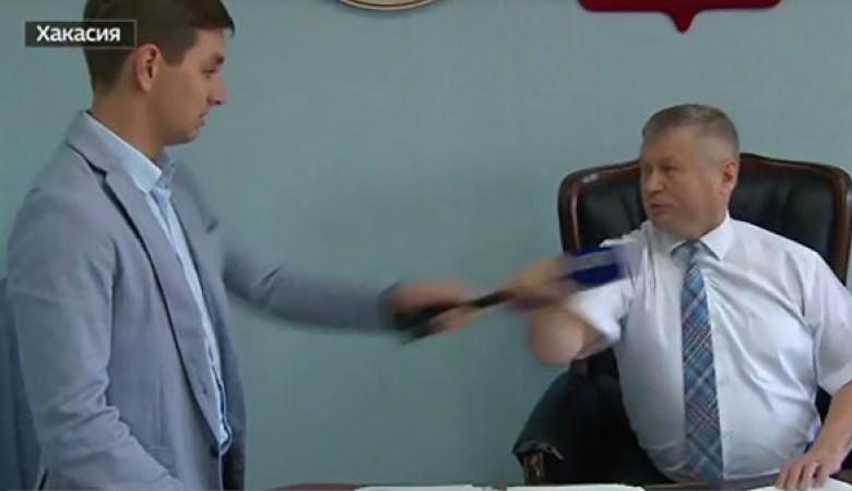 В СФ призвали хакасского чиновника уйти в отставку после нападения на журналиста