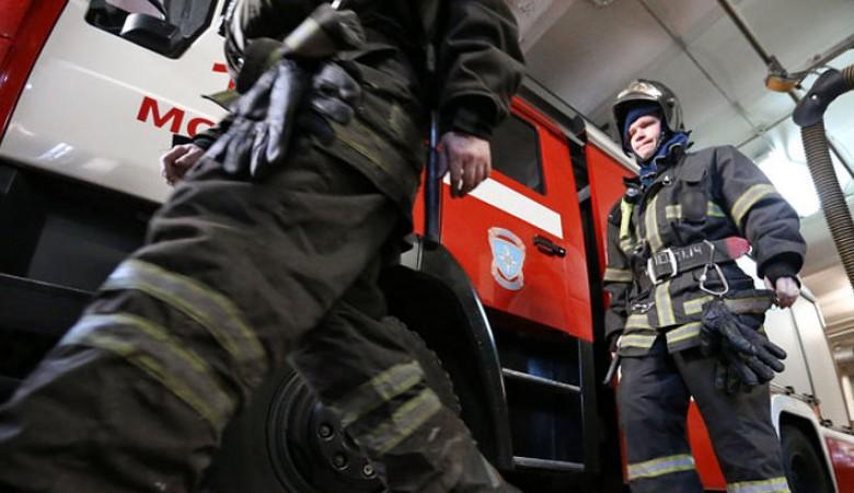 Сотрудники МЧС потушили крупный пожар на лесопилке в Томске