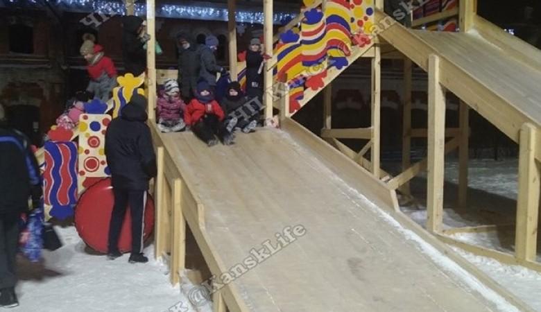 Ребенок упал с двухметровой высоты с горки из-за сломавшейся ступеньки в Канске