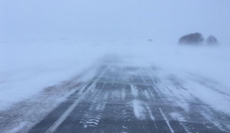 На семи участках алтайских дорог перекрыли движение из-за метели