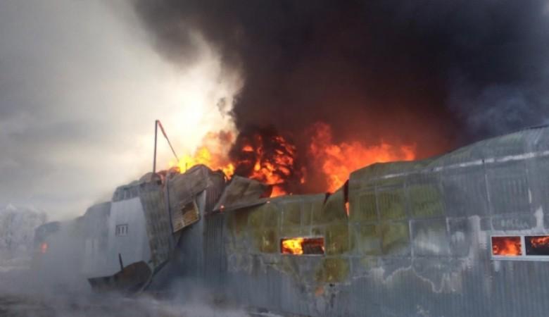 В Омске горел склад с пластиковой тарой на 2 Солнечной