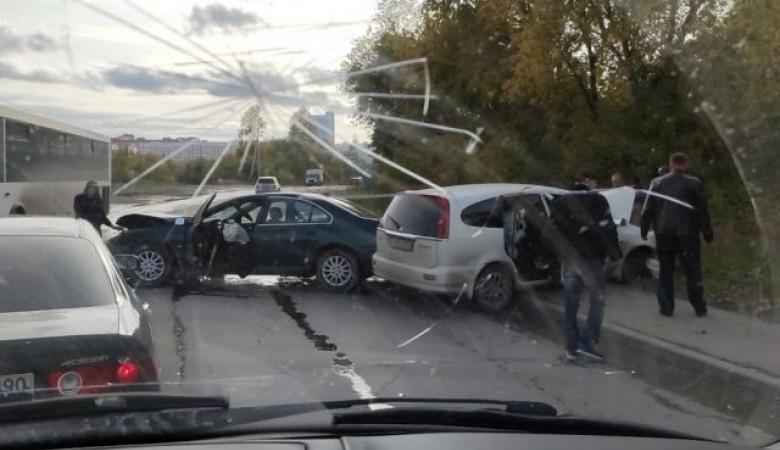 В Новосибирске жестко столкнулись две иномарки. Пострадал водитель