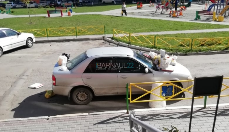 В Барнауле неправильно припаркованный автомобиль забросали пакетами с мусором