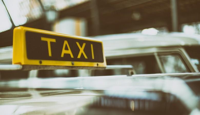 Ачинский таксист обиделся на пассажирку и ударил ее крышкой багажника