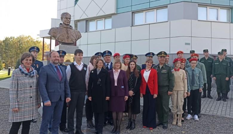 Памятник космонавту Герману Титову установили в Алтайском крае