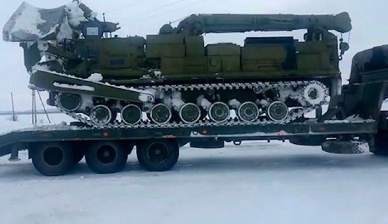 Военная техника расчищает дорогу к отрезанному метелью поселку на Алтае
