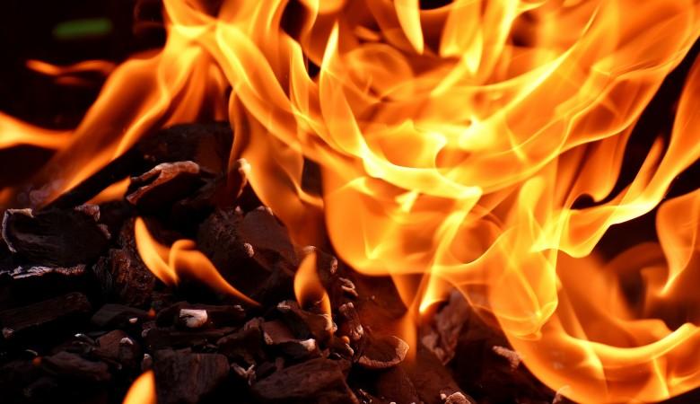 Склад пластиковых изделий и лакокрасочных материалов горел в Барнауле