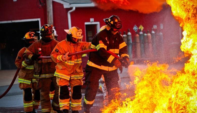 Около суток не могли потушить пожар на складе с пиломатериалами в Красноярском крае