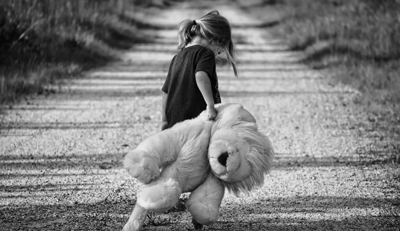 На Алтае женщина поила приемных детей психотропными препаратами