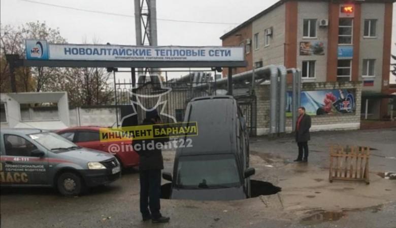 В Новоалтайске внедорожник директора МУПа провалился под асфальт