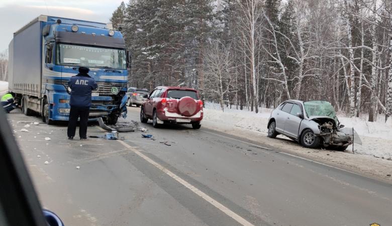 Два человека погибли в результате столкновения легковушки с фурой в Новосибирской области