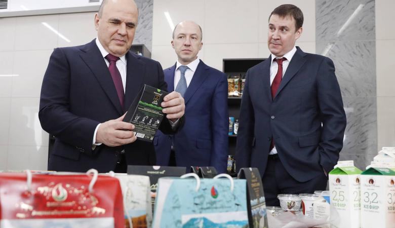 Мишустину подарили жвачку из смолы и книгу романиста в Республике Алтай