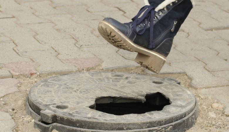 В иркутском Ангарске неизвестные одновременно украли 20 крышек от колодцев