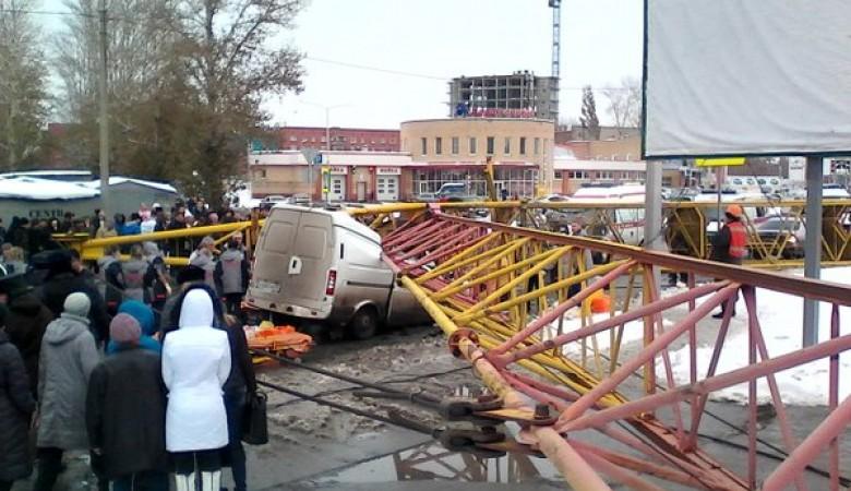 В Омске по делу об упавшем кране задержаны трое подозреваемых