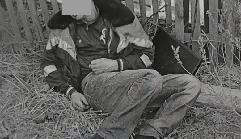 В Кузбассе задержали вора, который уснул под забором в женской куртке