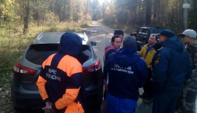 Грибники с 8-летним ребёнком застряли на машине и провели ночь в лесу Алтайского края