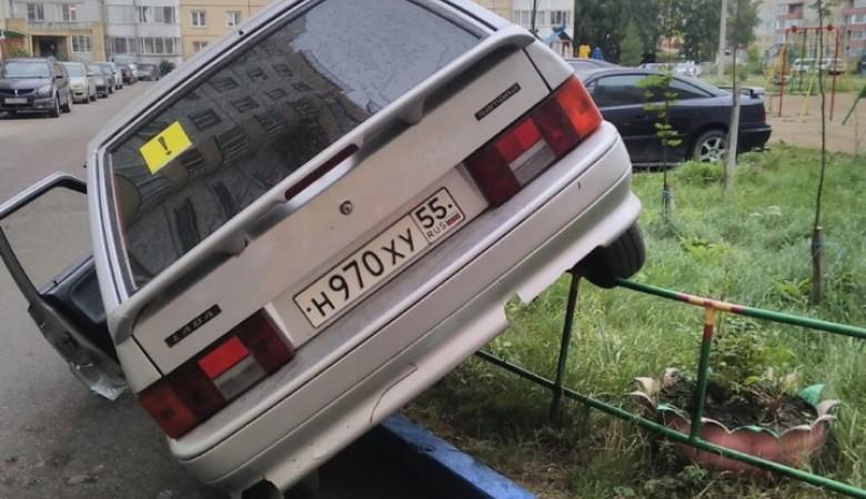 Омская пенсионерка припарковала машину прямо на заборе