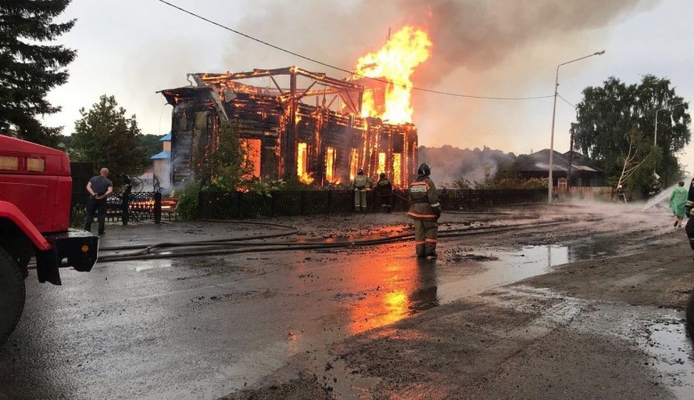 В Томской области ликвидировали пожар в деревянной церкви XIX века