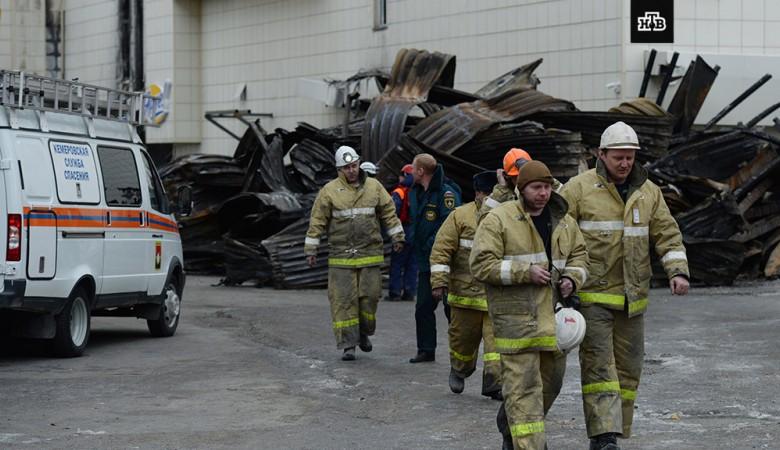 Пожарные у горящей