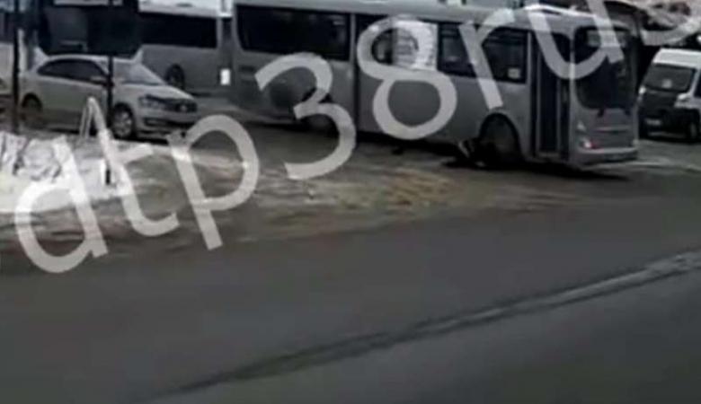 Автобус протащил застрявшего в дверях пассажира по асфальту в Иркутске