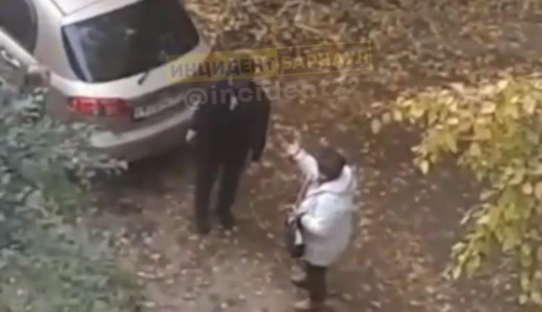 В Барнауле пьяная бабушка избила таксиста сумочкой, отказавшись платить за проезд