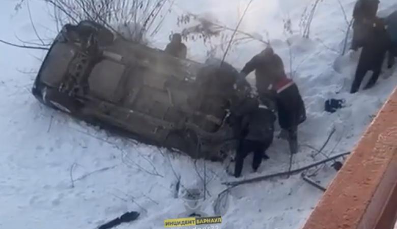 Автомобиль с женщиной и ребенком слетел с моста в Горно-Алтайске