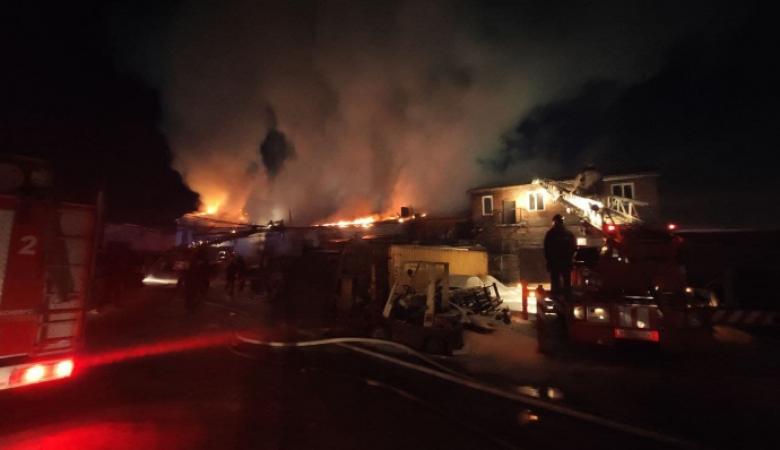Производственное здание загорелось в Красноярске на улице Монтажников
