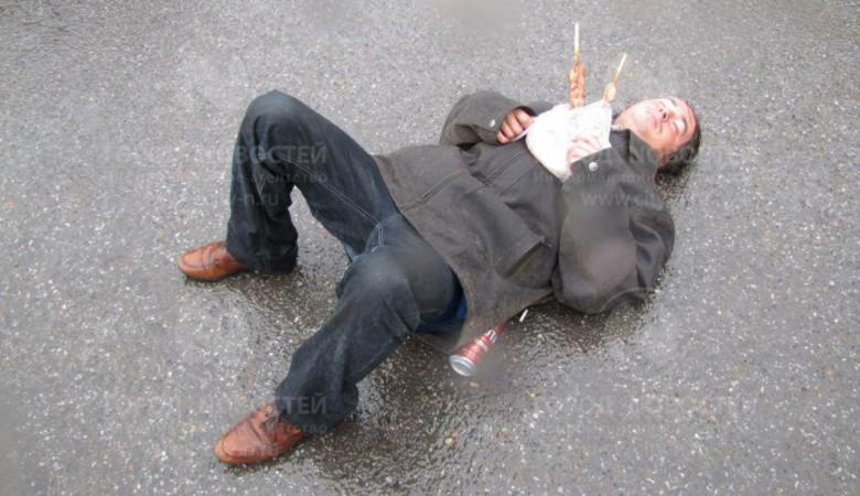 Житель Новокузнецка уснул на дороге, держа в руках шашлык и пиво