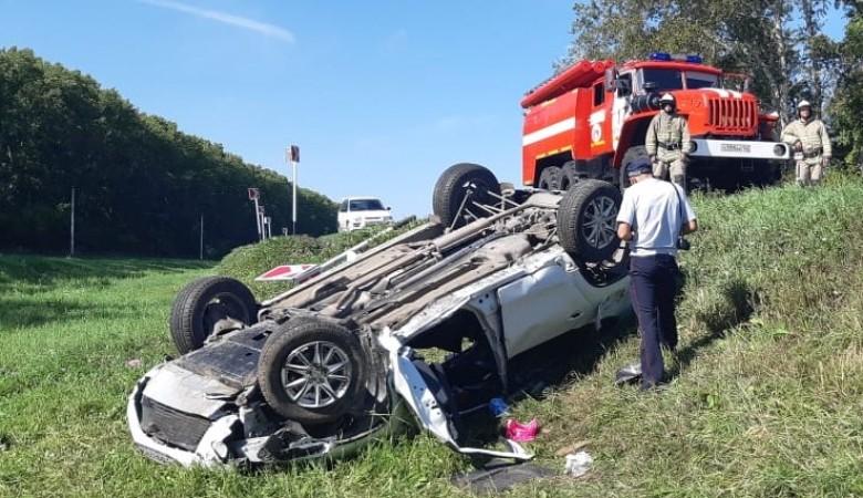 Внедорожник слетел с трассы в Кузбассе, два человека погибли, двое ранены