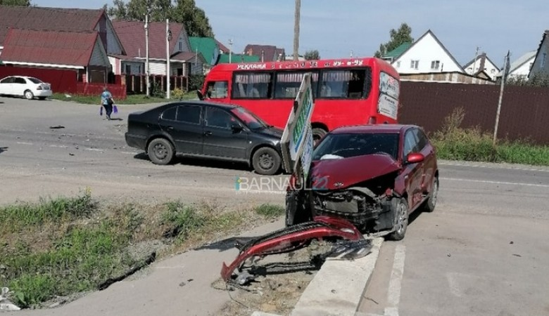 В Барнауле столкнулись две легковушки и маршрутка