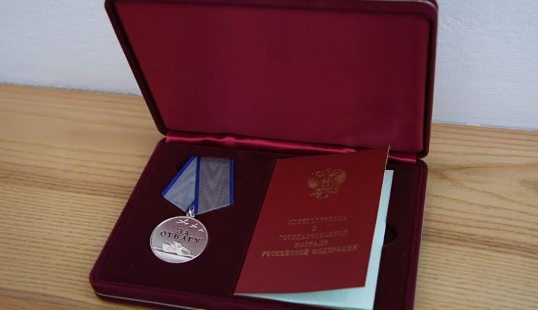 В Туве родственникам погибшего полицейского передали медаль «За отвагу»