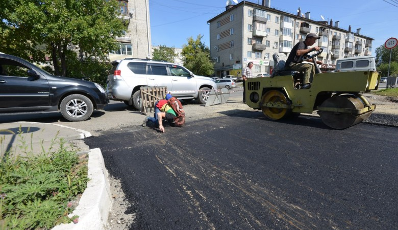 Житель Алтая расцеловал свежий асфальт, уложенный к приезду патриарха Кирилла