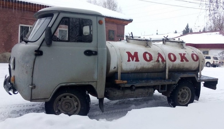 В Алтайском крае пьяна женщина угнала молоковоз и влетела на нем в дрова