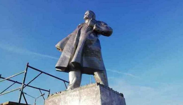 Неизвестные оторвали руку у памятника Ленину в Барабинске