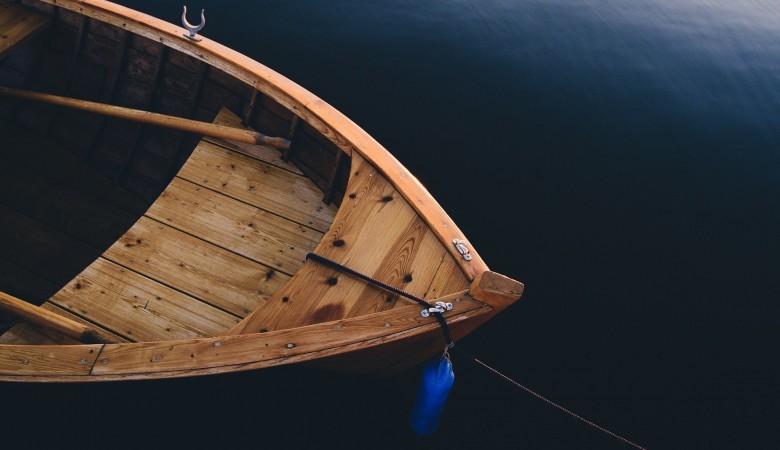 Рыбак утонул из-за перевернувшейся лодки в Алтайском крае