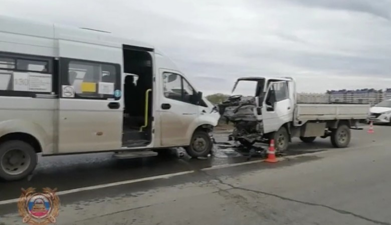 Девять человек пострадали при столкновении автобуса и грузовика в Красноярском крае