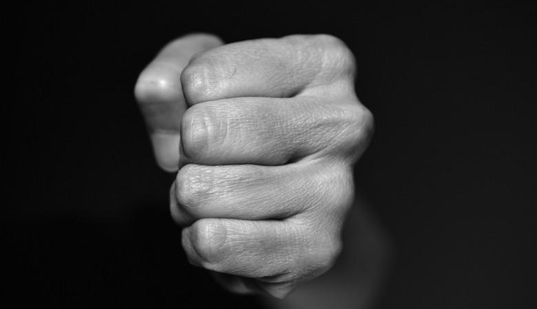 Житель Бийска душил и избивал подростка палкой ради смартфона