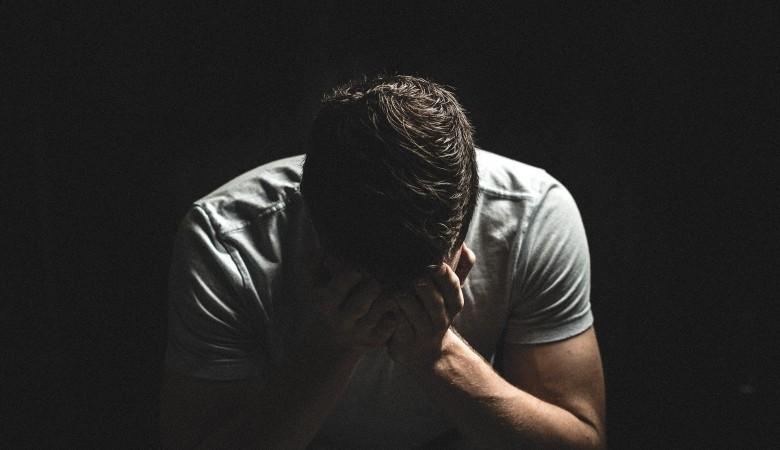 Пьяный ревнивец на Алтае чуть не убил сожительницу из-за звонка с неизвестного номера