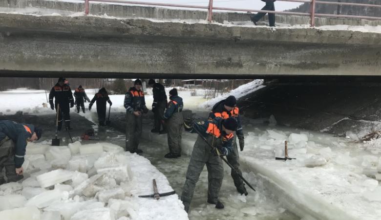 Спасатели устранили угрозу подтопления поселка на берегу Байкала