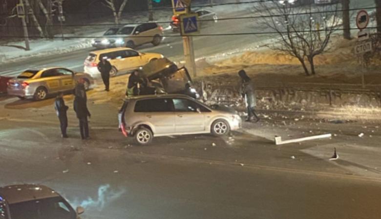Девушку выбросило из машины от жесткого столкновения в Барнауле