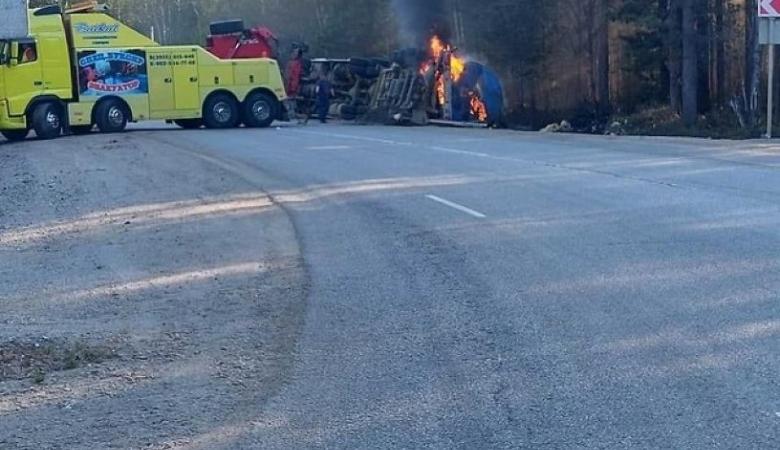 Перевернувшийся грузовик с битумом в Прибайкалье загорелся при подъеме