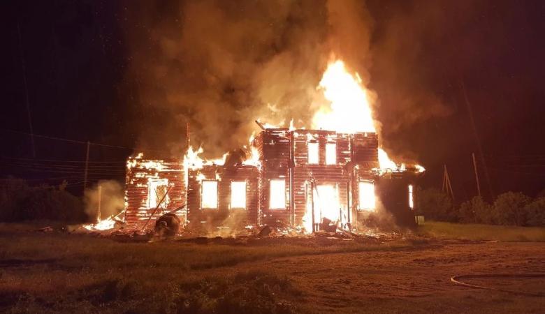 Столетняя церковь сгорела в Красноярском крае после попадания в нее молнии