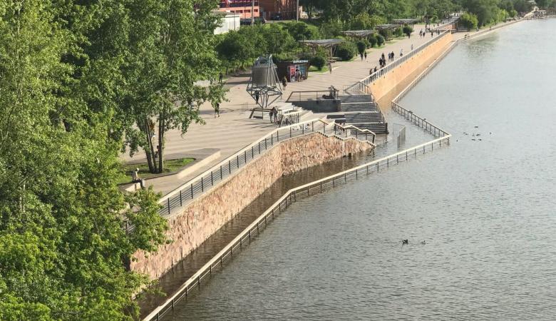 Уровень Енисея в Красноярске в ночь на 25 июня вновь приблизился к критической отметке