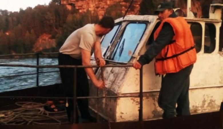 На Алтае пожарные эвакуировали пассажиров севшего на мель катера