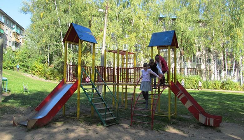 Опасны больше половины детских и спортивных площадок Барнаула, проверенных властями