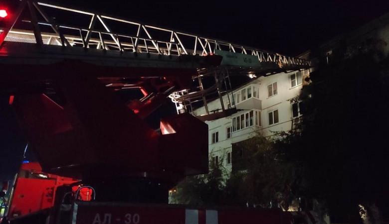 В Бийске два человека пострадали из-за хлопка газа и пожара в многоквартирном доме