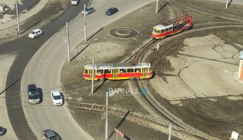 Сразу два трамвая сошли с рельсов в Барнауле