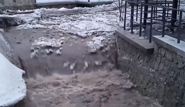Внезапный ледоход сняли на видео на реке Белокуриха в Алтайском крае