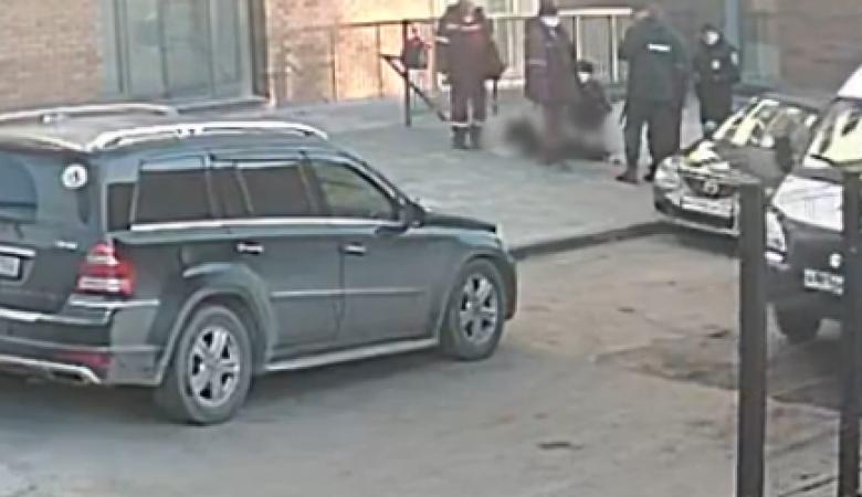 Жительница Барнаула спрыгнула с третьего этажа, спасаясь от насильников
